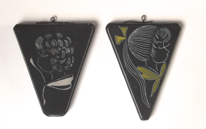 Wandhangers met sticker 'Potterie Boonstra' op achterzijde (13 en 14 cm h)