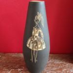 Gesigneerd , Gubbels Tegelen, Decor DH Bardot (22 cm) (Dries Holten)